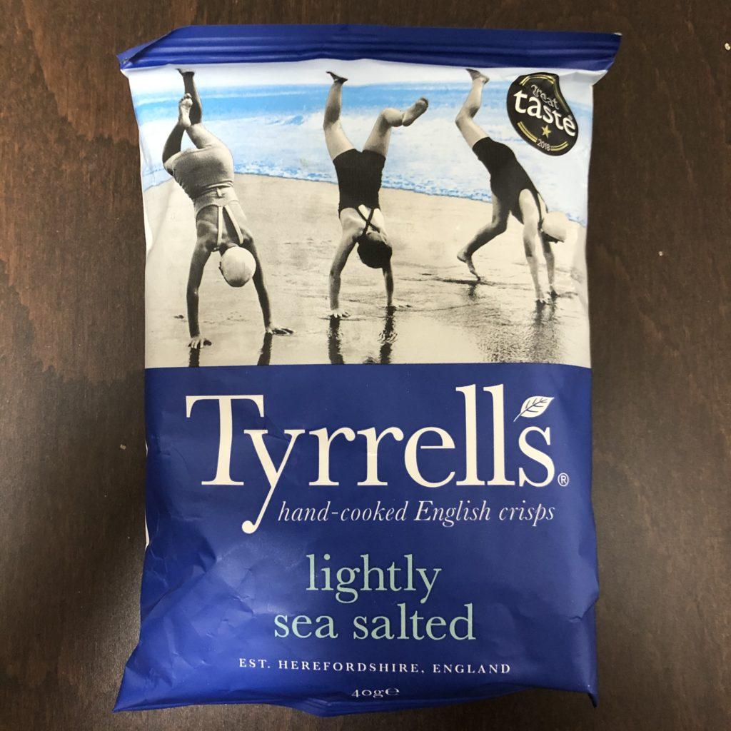 「Tyrrells(ティレル) ポテトチップス ライトリーシーソルト味」の袋の表面
