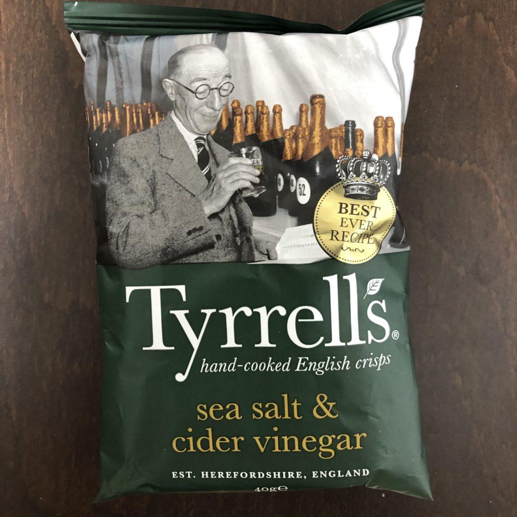「Tyrrells(ティレル) ポテトチップス シーソルト&サイダービネガー味」の袋の表面