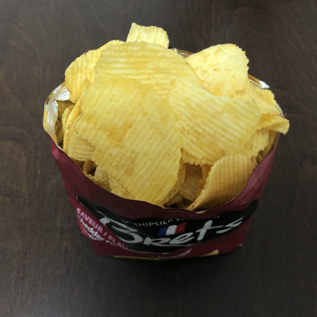 「Brets(ブレッツ) ポテトチップス チェダーオニオン味」を開封