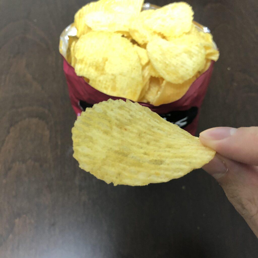 「Brets(ブレッツ) ポテトチップス チェダーオニオン味」の一枚のアップ