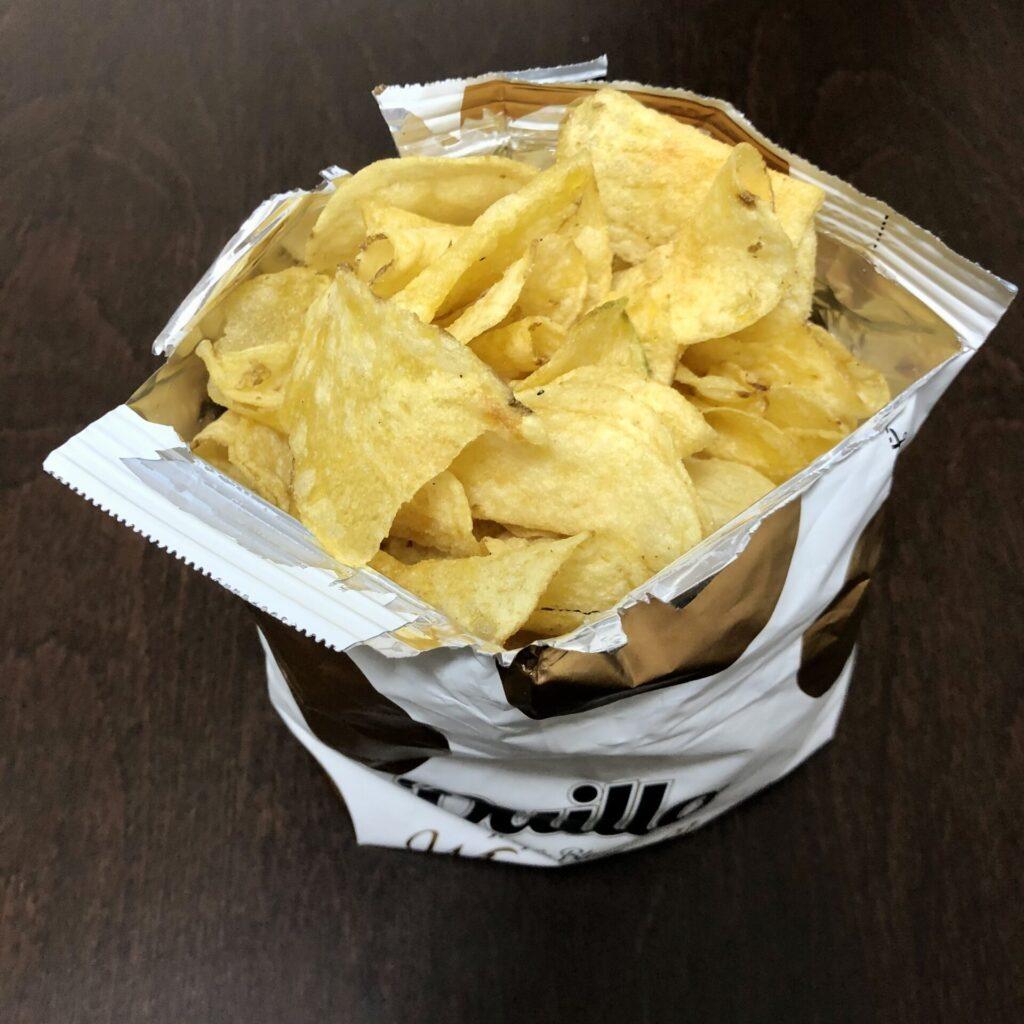 「Quillo(キジョー) ポテトチップス 白トリュフ味」を開封