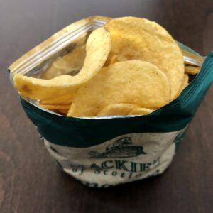 「Mackies(マッキーズ) ポテトチップス チェダーオニオン味」を開封