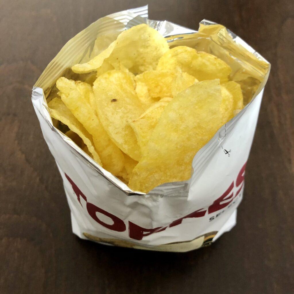 「TORRES(トーレス) ポテトチップス チーズ味」を開封
