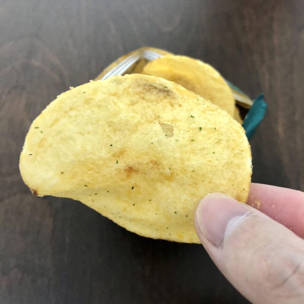 「Mackies(マッキーズ) ポテトチップス チェダーオニオン味」の一枚のアップ